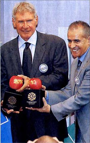 当社COP10マーキングリンゴを手にするハリソン・フォードさん