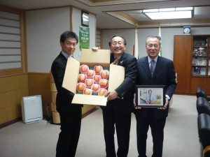 三村知事と絵入りりんご