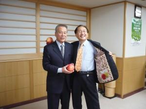 三村知事と絵入りりんご2